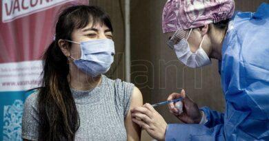 Vacunan a adolescentes e intensifican la campaña para completar el esquema de adultos
